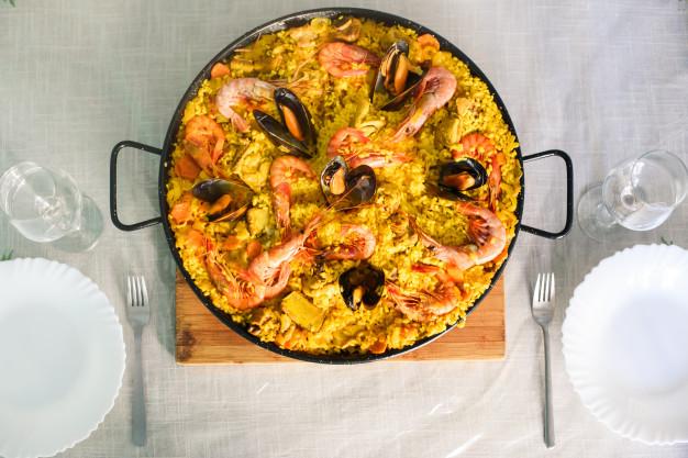 tradicional-plato-paella-espanola-langostinos-mejillones_103153-155